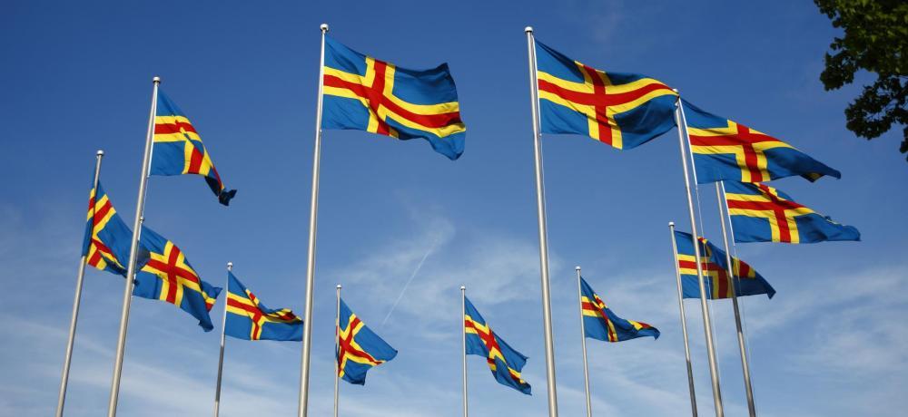 Åländska flaggor mot en blå himmel
