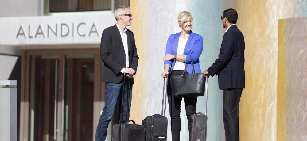 Tre resenärer utanför Alandica